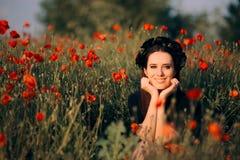 Belle femme avec la couronne de fleur dans un domaine des pavots photos stock