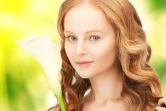 Belle femme avec la fleur de calla Photos libres de droits