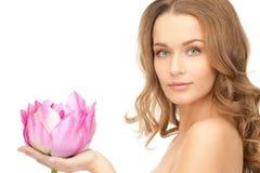 Belle femme avec la fleur de lotus photo stock