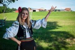 Belle femme avec la fleur rouge dans ses cheveux posant dans t roumain images libres de droits