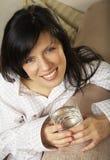 Belle femme avec la glace de l'eau minérale Image stock