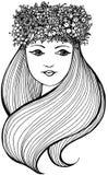 Belle femme avec la guirlande pleine des fleurs, des fruits et des baies et avec de longs cheveux onduleux photographie stock libre de droits