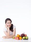 Belle femme avec la nourriture saine, fond blanc Photos libres de droits