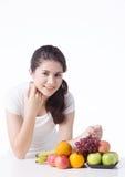 Belle femme avec la nourriture saine, fond blanc Photographie stock
