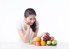Belle femme avec la nourriture saine, fond blanc Photo stock