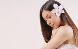 Belle femme avec la peau pure et les cheveux lumineux sains forts Images stock