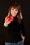Belle femme avec la pomme rouge (foyer sur la pomme) Image stock