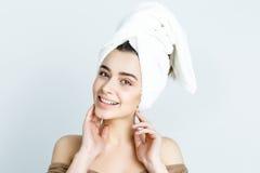 Belle femme avec la serviette blanche sur sa tête Femme de station thermale photos libres de droits