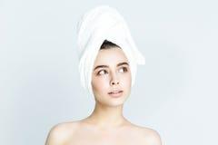Belle femme avec la serviette blanche sur sa tête Femme de station thermale photo libre de droits