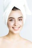Belle femme avec la serviette blanche sur sa tête Femme de station thermale photos stock