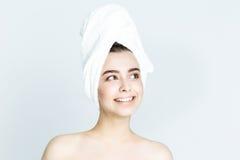 Belle femme avec la serviette blanche sur sa tête Femme de station thermale photographie stock libre de droits