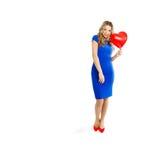 Belle femme avec le ballon en forme de coeur Image stock