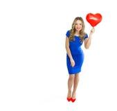 Belle femme avec le ballon en forme de coeur Photos stock