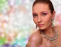 Belle femme avec le bijou. Collier. Boucles d'oreille. Photos stock