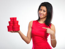 Belle femme avec le boîte-cadeau en forme de coeur rouge Photos libres de droits