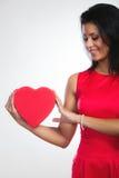 Belle femme avec le boîte-cadeau en forme de coeur rouge Image libre de droits