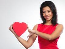 Belle femme avec le boîte-cadeau en forme de coeur rouge Images libres de droits
