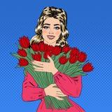 Belle femme avec le bouquet des tulipes rouges photographie stock