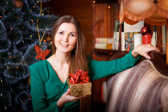 Belle femme avec le cadeau de cristmas Image libre de droits