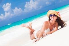 Belle femme avec le chapeau et la fleur du soleil ayant l'amusement Photographie stock