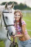 Belle femme avec le cheval gris Photographie stock libre de droits