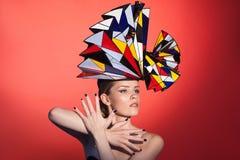 Belle femme avec le grand chapeau sur sa tête Image stock