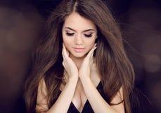 Belle femme avec le long cheveu brun. Longues coiffures de mode photo stock