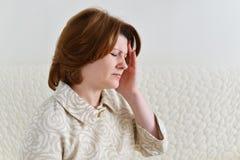 Belle femme avec le mal de tête Photo stock