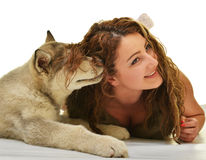 Belle femme avec le Malamute d'Alaska de jeune chien Photo libre de droits
