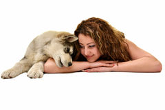 Belle femme avec le Malamute d'Alaska de jeune chien Photographie stock