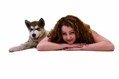 Belle femme avec le Malamute d'Alaska de jeune chien Photo stock