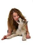 Belle femme avec le Malamute d'Alaska de jeune chien Image libre de droits