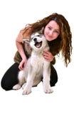 Belle femme avec le Malamute d'Alaska de jeune chien Images libres de droits