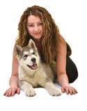 Belle femme avec le Malamute d'Alaska de jeune chien Images stock