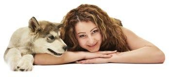 Belle femme avec le Malamute d'Alaska de jeune chien Photos libres de droits