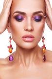 Belle femme avec le maquillage coloré Images stock
