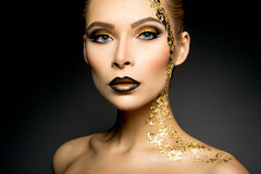 Belle femme avec le maquillage d'or Photographie stock libre de droits