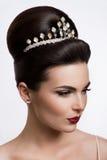Belle femme avec le maquillage d'or Belle mariée avec la coiffure de mariage de mode Photo stock