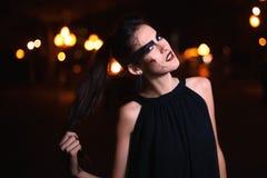 Belle femme avec le maquillage de Halloween posant sur la rue Looking modèle à l'appareil-photo Fin vers le haut Fond de ville de Image libre de droits