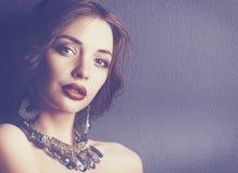 Belle femme avec le maquillage de soirée dans la robe noire image libre de droits