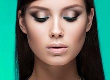 Belle femme avec le maquillage de soirée et longtemps Image stock