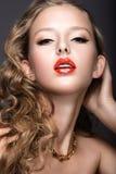 Belle femme avec le maquillage de soirée, les lèvres rouges et les boucles Visage de beauté Image libre de droits