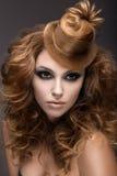 Belle femme avec le maquillage et la coiffure de soirée comme chapeau des cheveux Visage de beauté Photo libre de droits