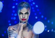 Belle femme avec le maquillage lumineux créatif Images libres de droits