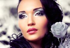 Belle femme avec le maquillage lumineux d'argent de mode Photo stock