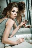 Belle femme avec le maquillage lumineux dans la robe de soirée argentée, cheveux photos libres de droits