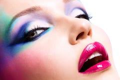 Belle femme avec le maquillage lumineux de mode Photos libres de droits
