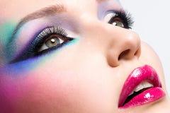 Belle femme avec le maquillage lumineux de mode photographie stock
