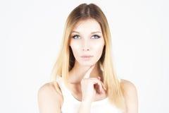 Belle femme avec le maquillage permanent tenant le doigt sous son menton photographie stock libre de droits