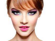 Belle femme avec le maquillage pourpre vif lumineux image stock